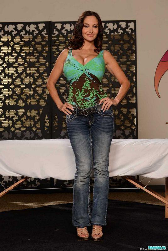 Модель в сиреневом белье сексуально позирует рядом с бассейном