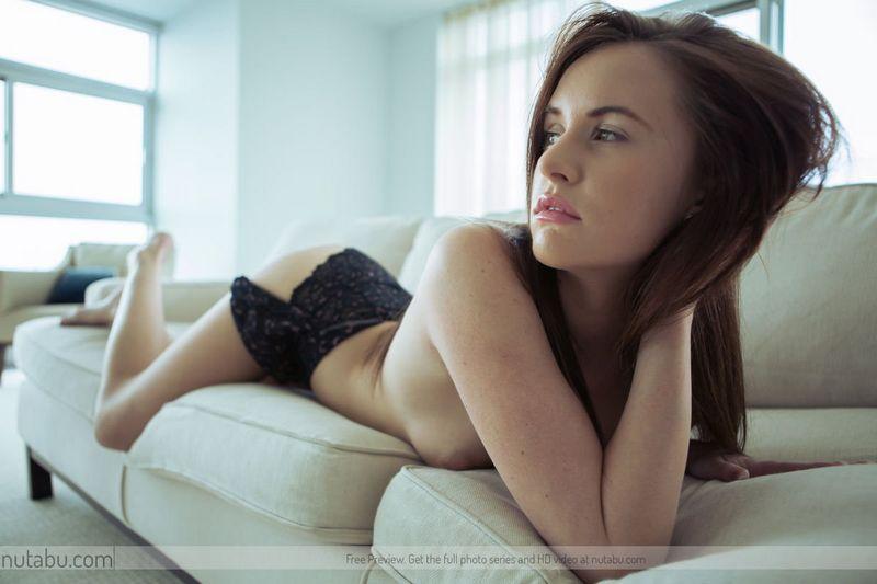 Блядь с большими сиськами и с длинными волосами залезла на кровать и показала обвисшие буфера