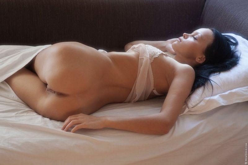 Пьяными онлайн фото спящих эро раб ползает